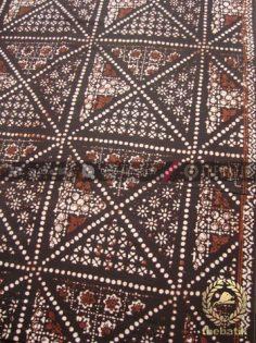 Kain Batik Motif Klasik Tambal Besar Latar Hitam