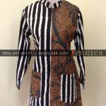 Jahit Batik Model Blus Batik Kerja Modern Kombinasi Garis Hitam Putih