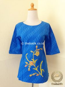 Model Baju Batik Wanita – Blus Biru Bordir Simple